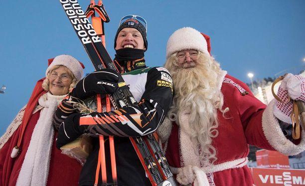 Iivo Niskanen tapasi joulupukin ja tämän muorin Rukan maailmancupissa.