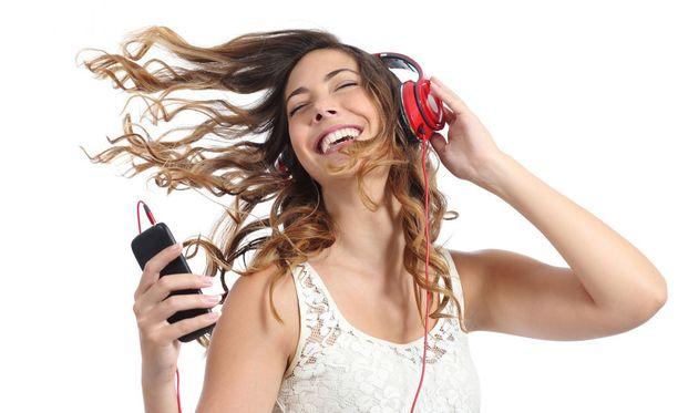 Musiikin kuuntelu aktivoi aivoja.