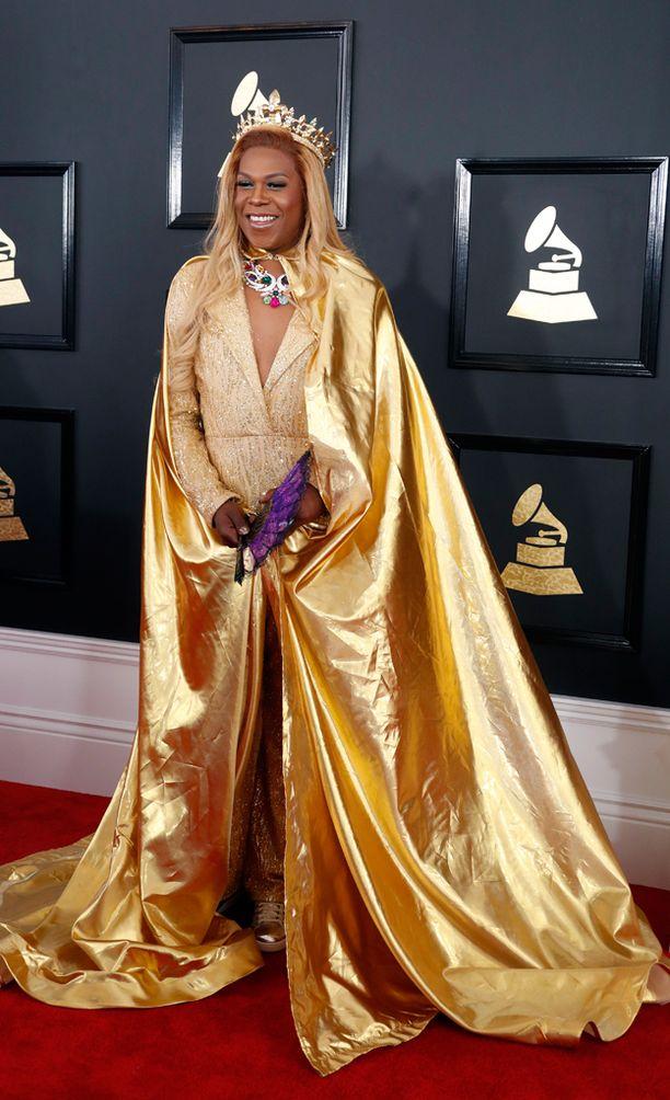 Big Freedia komeili kultaisessa kaavussa kruunu päässään.