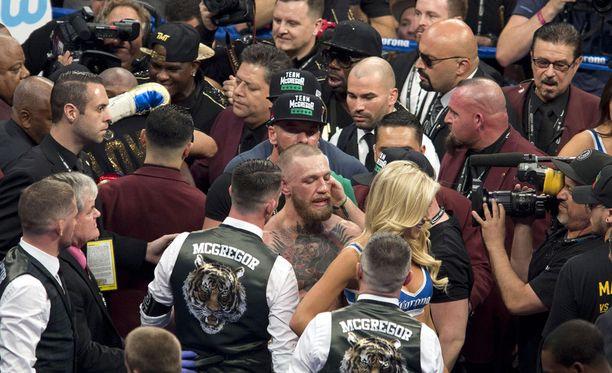 Ottelun jälkeen Conor McGregorin ympärillä riitti säpinää.