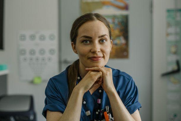 Lähihoitajana työskennellyt Krista Karppinen halusi hakea sairaanhoitajan opintoihin parempien työllistymismahdollisuuksien vuoksi.