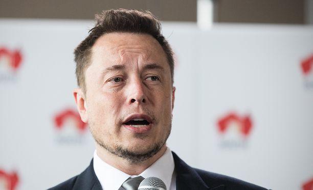 Elon Musk teki miljardinsa maksupalvelu PayPalilla. Nyt hän rakentaa Hyperloopin lisäksi sähköautoja ja avaruusraketteja.