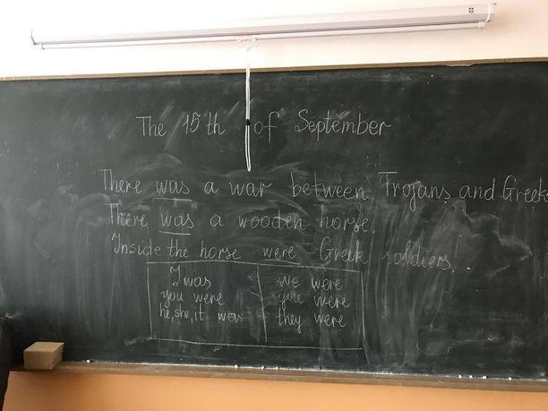 Paikallisessa koulussa opiskeltiin perjantaina englantia Troijan hevosen innoittamana.