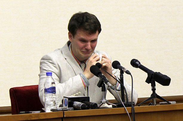 - Syyllistyin rikokseen ottamalla alas poliittisen iskulauseen henkilökunnan alueella Yanggakdo-hotellissa, Warmbier kertoi oikeudessa.