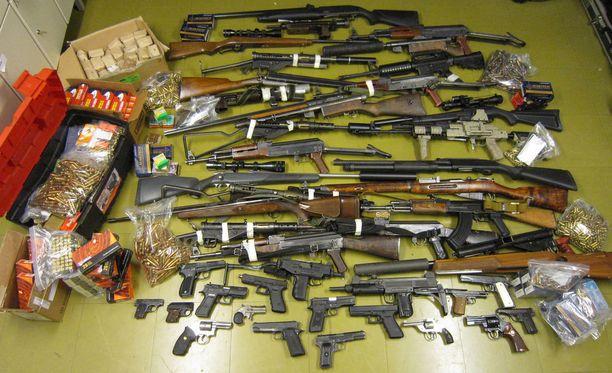 Päijät-Hämeen poliisi löysi vuonna 2013 Hämeenkoskella sijaitsevasta omakotitalosta suuren määrän ampuma-aseita. Poliisi otti kiinni kaksi lahtelaista: 38-vuotiaan miehen ja 39-vuotiaan naisen.