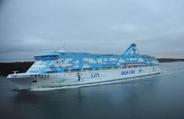 Rekkakuskin mielestä Tallink Silja vaarantaa liikenneturvallisuutta, kun kymmenet rekkamiehet lähtevät aamulla pitkille ajoille nukkumatta lainkaan.