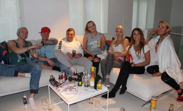 Ville, Jaakko, Dani, Julia, Ada, Amanda ja Juha asuttavat Hottis-asuntoa.