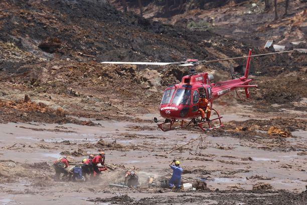 Mutavyöryn alle jääneellä kaivosalueella olleista vain kourallinen selvisi hengissä. Etsintäpartioiden työksi on jäänyt kaivaa ruumiita metrien mutakerroksen alta.