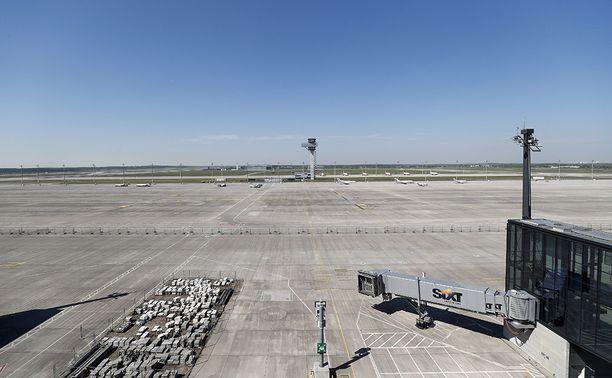 Kiitoteitä käytetään toisinaan ja kentälle on parkkeerattu joitakin koneita. Kenttää on viime vuosina käytetty hyväksi ilmailunäytöksissä ja juoksutapahtumissa.