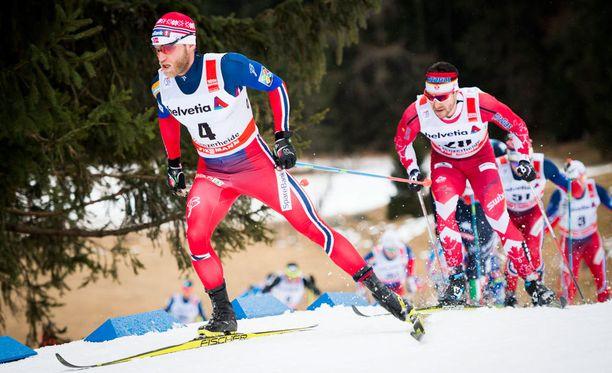 Martin Johnsrud Sundby rikkoi tässäkin kuvassa sääntöjä, kun hän otti Tour de Skillä Lenzerheidessä perinteisen tavan 30 kilometrin kilpailussa 2. tammikuuta luistelupotkun.