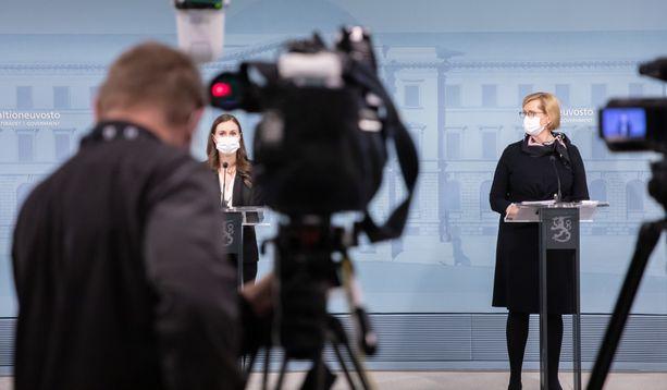 Pääministeri Sanna Marin ja työministeri Tuula Haatainen maanantain tiedotustilaisuudessa.