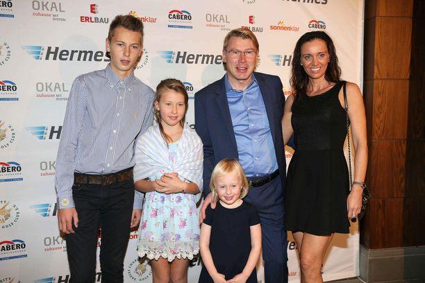 Hugo Häkkinen on jo isäänsä pidempi. Kuvassa hän poseeraa Aina-siskonsa sekä Ella-siskopuolensa kanssa. Kuvassa on myös Mikan uusi puoliso Marketa Häkkinen. Kuva on otettu kaksi vuotta sitten.