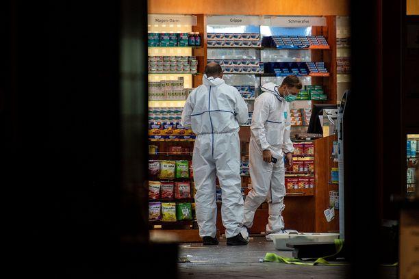 Syyrialaismies otti naisen panttivangikseen tässä apteekissa. Poliisin rikospaikkatutkinta käynnistyi heti, kun mies oli saatu pidätettyä.