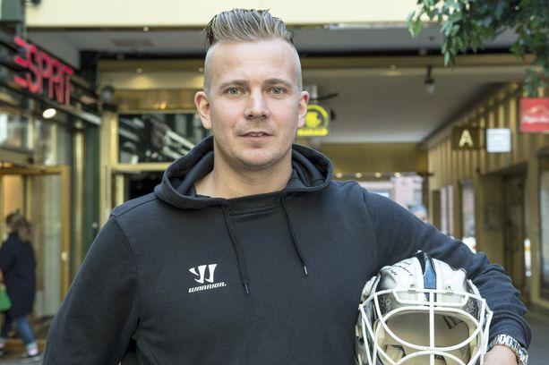 Suomessa kesää viettävä Joni Puurula järjestää maalivahtileirejä junioreille.