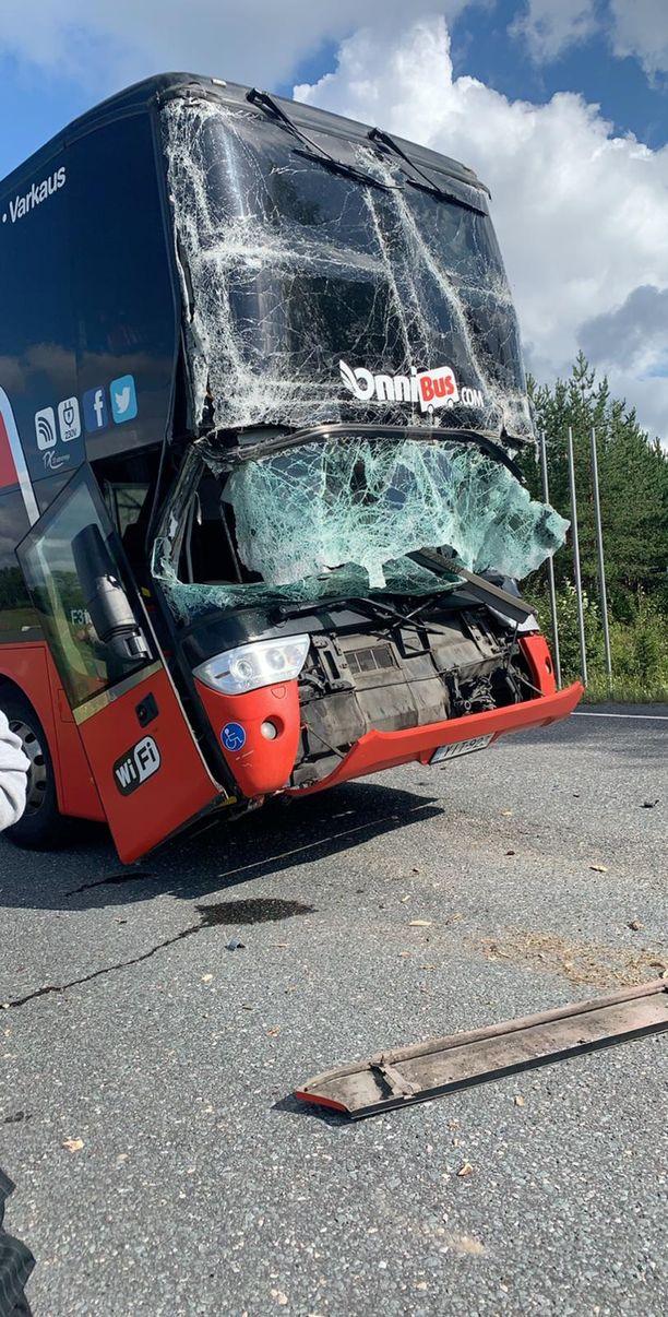Tältä Onnibusin linja-auto näyttää kolarin jälkeen.