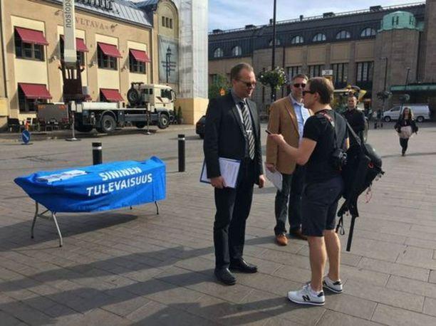 Jussi Niinistö ilmoitti heti Soinin luopumisilmoituksen jälkeen pitävänsä kiinni ministerinsalkustaan. Kuvassa Lauri Nurmi haastattelee Niinistöä Sinisen tulevaisuuden kampanjatilaisuudessa. Taustalla erityisavustaja Petteri Leino.