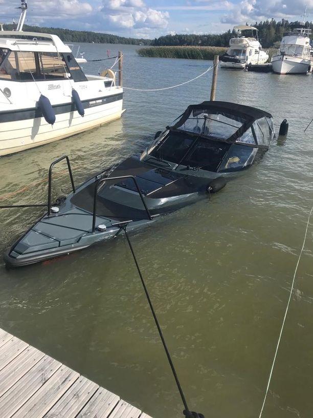 Jethro Rostedtin virtaviivainen luksusvene upposi kesällä 2018 laiturin edustalle Turussa. Hän oli ostanut menopelin Hjallis Harkimolta.