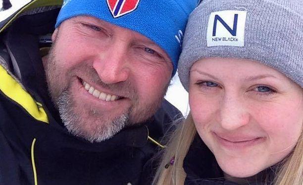 Isä Roger Moberg tyttärensä Tovan kanssa.