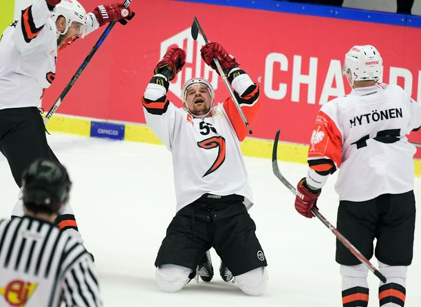 Se on siinä! Janne Kolehmainen tuulettaa tyhjiin ampumaansa 2-0-sinettiä.