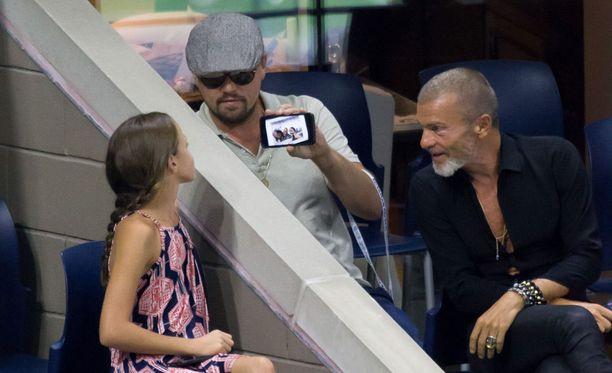 hetkeä myöhemmin DiCaprio esitteli tytölle ottamaansa selfietä.