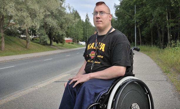 ROIHAHTI Niskasen Storm-sähköpyörätuoli ennätti palaa käyttökelvottomaksi. Nyt hän kulkee perinteisellä pyörätuolilla.