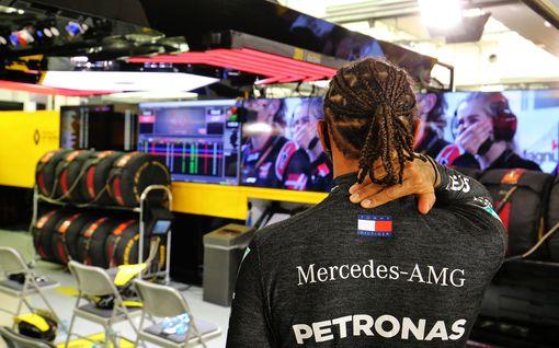 """Kolari järkytti F1-kuskeja – Lewis Hamilton reagoi somessa jo kesken kisan: """"Laitamme henkemme peliin"""""""