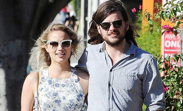 Glee-sarjasta tuttu näyttelijä Dianna Agron on kihloissa Mumford & Sonsin laulajan Winston Marshallin kanssa.
