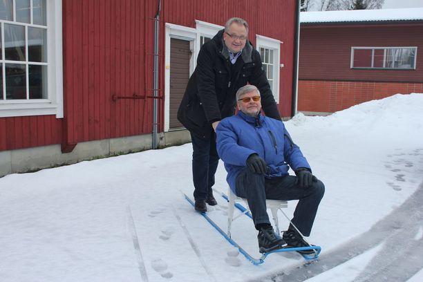 Toimitusjohtaja Mika Lahtinen sekä kelkassa istuva talousjohtaja Raimo Lahtinen potkuttelevat itsekin usein.