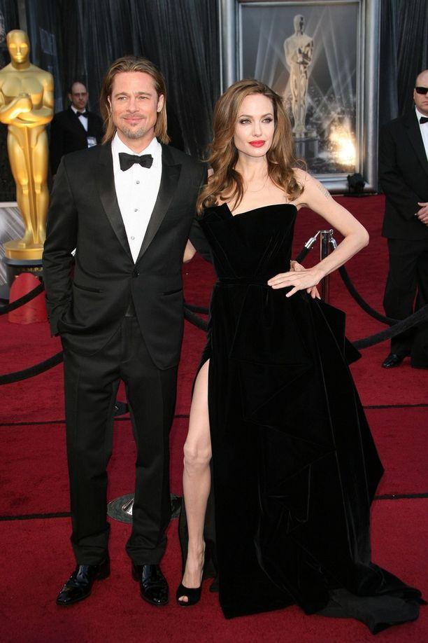 Brad Pitt ja Angelina Jolie Oscar-gaalassa vuonna 2012. Tuolloin puheeksi nousi Jolien jalka, joka paljastui esiin näyttävästä mekon halkiosta.