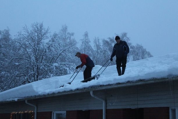 Seppo Väisänen ja Erkki Korhonen huhkivat lumitöissä.