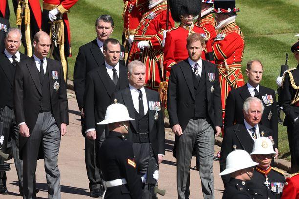 Harry ja William saattoivat tuimailmeisinä isoisänsä viimeiselle matkalleen.