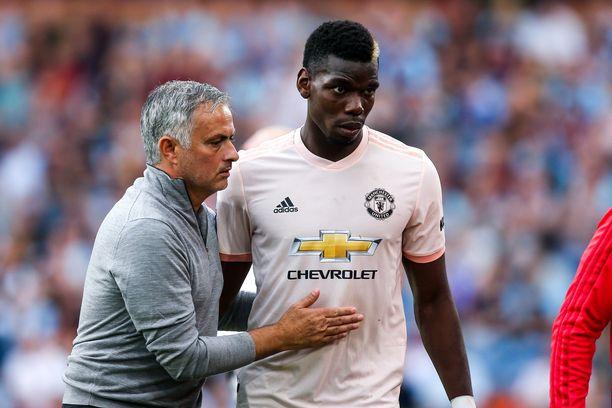 Manchester Unitedin manageri José Mourinholla (vas.) on sukset pahasti ristissä Paul Pogban kanssa.