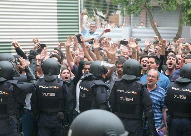 Espanjan poliisin ja puolisotilaallisen Guardia Civilin väkivalta on tuomittu maailmalla laajalti.