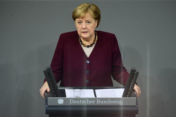 Saksan liittokansleri Angela Merkel kommentoi hiihtokeskusten tilannetta hallituksen tiedonannossa torstaina.