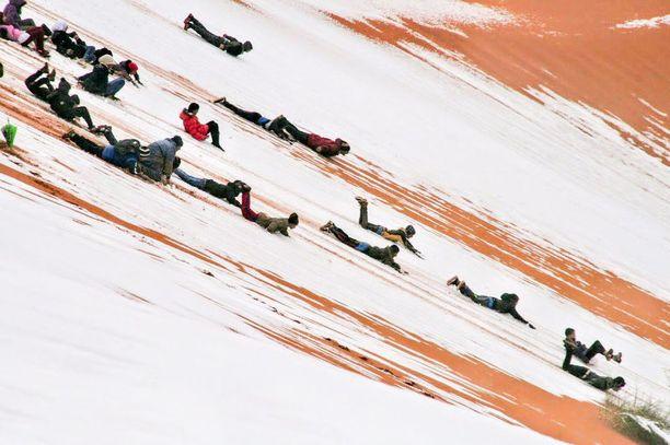 Erikoinen sääilmiö innosti Ain Sefran asukkaat kokeilemaan mäenlaskua.