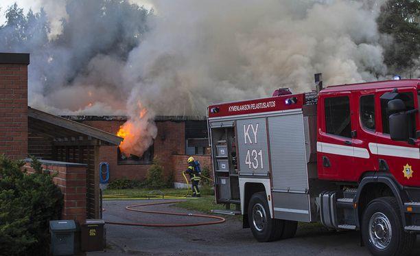 Kuvassa pelastuslaitoksen palomiehet sammuttamassa paloa varhain sunnuntaiaamuna.