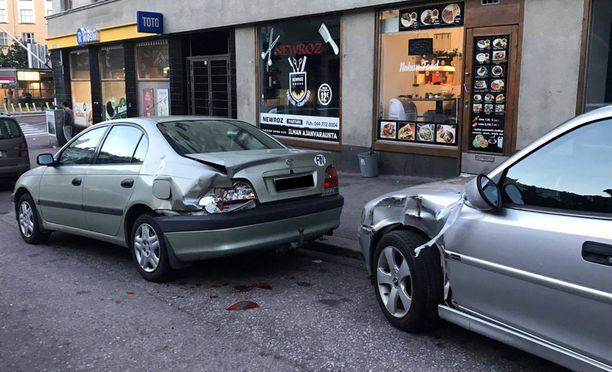Vihreänharmaan auton takalamppu meni pirstaleiksi välikohtauksen yhteydessä.