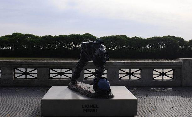 Tammikuussa Lionel Messin patsas katkaistiin vyötärön kohdalta.