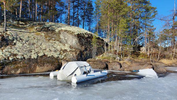 Kelluva keinopesä Saimaan Haukivedellä.