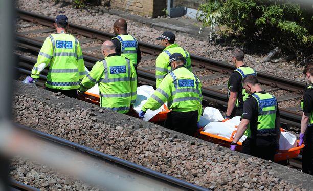 Uhrit löytyivät aamulla junaraiteilta.