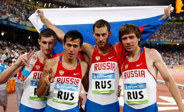 Anton Kokorin (toinen oikealta) on tähän mennessä ainoa venäläisurheilija, joka on suostunut palauttamaan mitalinsa.
