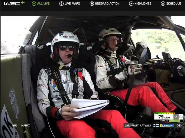 Miikka Anttila veti kahdeksannelle ek:lle aurinkolasit silmilleen, koska hän ja Jari-Matti Latvala ajoivat pätkän läpi ilman tuulilasia.