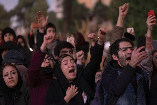 Iranilaiset kokoontuivat yliopiston eteen muistamaan lentokoneturman uhreja.