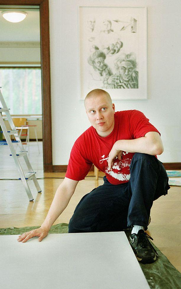 Teemu Mäki vuonna 2000. Mäki herätti kohua 80-luvun lopulla julkaisemalla videon, jossa hän tappoi kissan kirveellä. Hänet tuomittiin teosta sakkoihin.