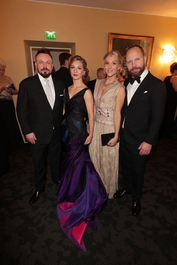 Kuvassa Riku Rantala Saija-vaimonsa kanssa sekä Tunna Milonoff Jenni-vaimonsa kanssa viime joulukuussa Linnan juhlissa.