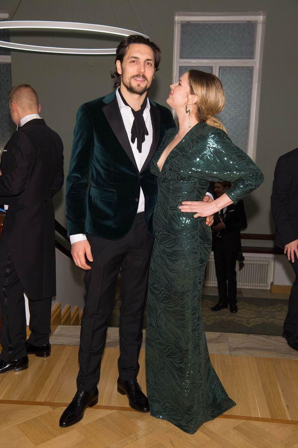 Alex Schimpf ja Pihla Viitala luottivat kumpainenkin tummanvihreään juhla-asuissaan.