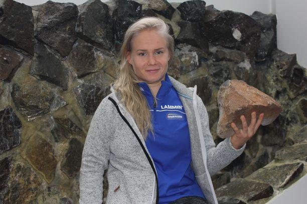 Kaksi kovaa: Lappajärven Veikkojen painiässä Petra Olli sekä Euroopan suurimman kraatterijärven erikoisuus kärnäiitti, joka muodostui meteoriitin iskeytyessä maahan miljoonia vuosia sitten.