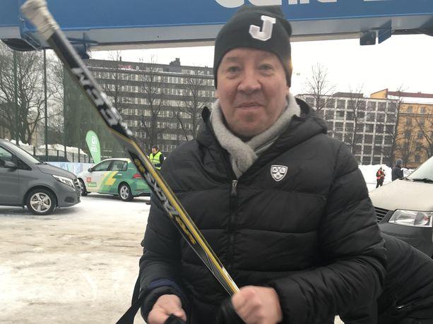 NHL-legenda Jari Kurri ohjeisti presidenttiä kiekon saloihin lauantaina.