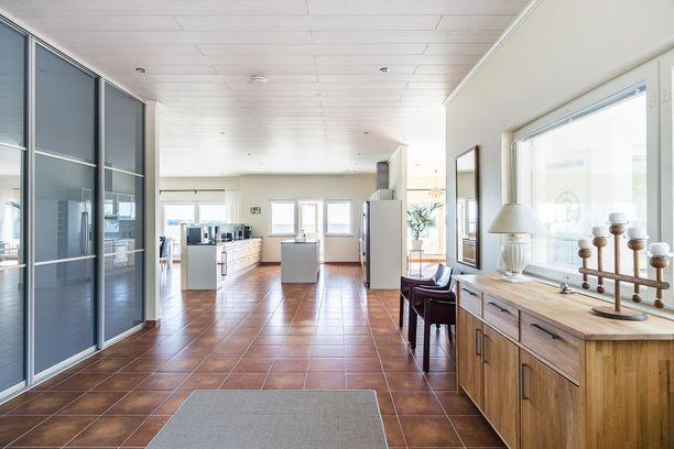 Sisäänkäyntikerroksessa on iso olohuone, keittiö ja vessa sekä kulkuyhteys kahden auton autotalliin. Kodissa on yhteensä 3 makuuhuonetta, ja kaikissa on omat kylpyhuoneensa.