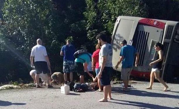 Meksikolaismedian levittämässä kuvassa näkyy, että bussi on kaatunut kyljelleen suistuttuaan tieltä.